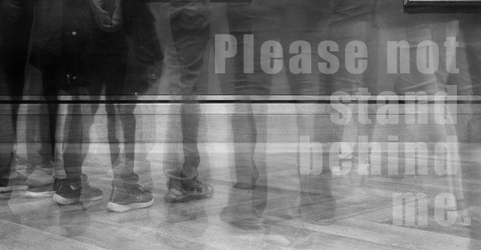 お願いだから後ろに立たないでください